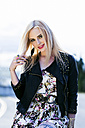 Portrait of fashionable smiling blond woman - DAWF000211