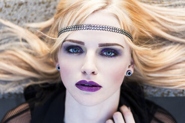 Portrait of rouged blond woman with hair-band - DAWF000236