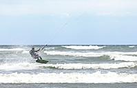 France, Bretagne, Finistere, man kitesurfing - LAF001147