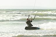 France, Bretagne, Finistere, kitesurfing man - LAF001152