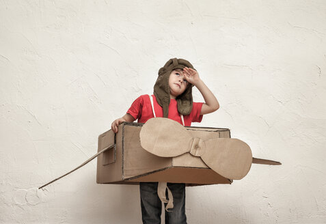 Little boy playing with pilot hat and cardboard box aeroplane - MMFF000407
