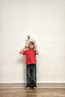Little boy wearing oversized Christmas cap - MMFF000402