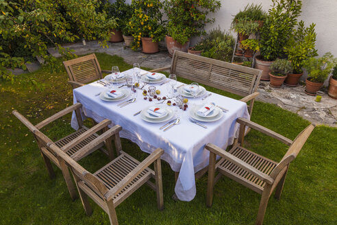 Autumnal laid table in garden - WDF002727