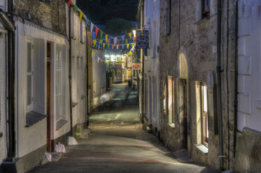 UK, Cornwall, Polperro, alley in the village at night - FRF000033