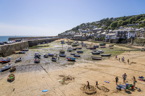 UK, Cornwall, Mousehole, fishing harbor at low tide - FRF000038