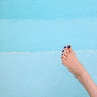 Female foot at swimming pool - GSF000914