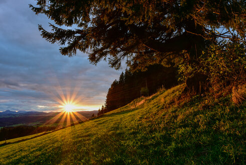 Germany, Bavaria, Allgaeu, sunrise at Auerberg - FDF000084