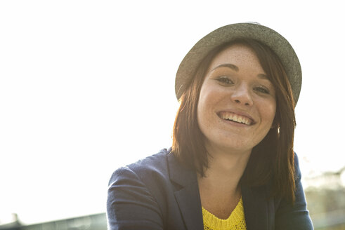 Portrait of smiling young woman wearing hat - UUF002512
