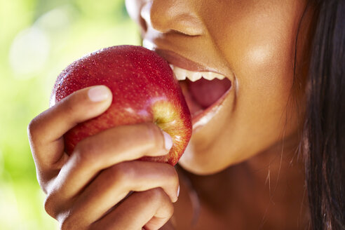 Woman biting red apple, close-up - ZEF001919