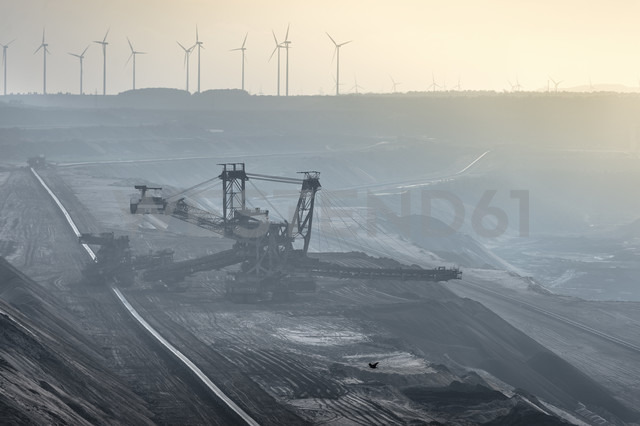 Germany, North Rhine-Westphalia, Grevenbroich, Garzweiler surface mine, Stacker and wind wheels in the background - FRF000100 - Frank Röder/Westend61