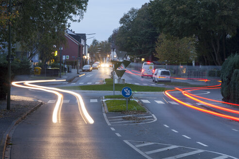 Germany, North Rhine-Westphalia, Kamen, Roundabout and road traffic in the evening - WIF001143