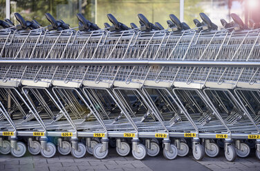 Germany, Duesseldorf, Shopping carts - GUFF000030