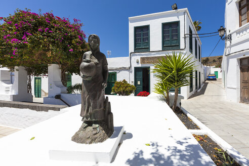 Spain, Canary Islands, Lanzarote, Haria, Marketplace with statue - AMF003165