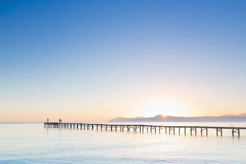 Spain, Balearic Islands, Majorca, people on a jetty at sunrise - MSF004346