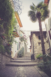 Italy, Lombardy, Brecia, Limone sul Garda, Narrow lane in old town - LVF002183