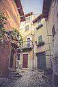 Italy, Veneto, Malcesine,  Narrow lane in old town - LVF002157