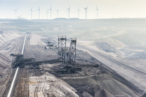 Germany, North Rhine-Westphalia, Grevenbroich, Garzweiler surface mine, Stacker and conveyor belt, wind wheels in the background - FRF000113