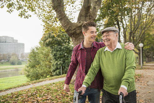 Senior man and adult grandson in park - UUF002633