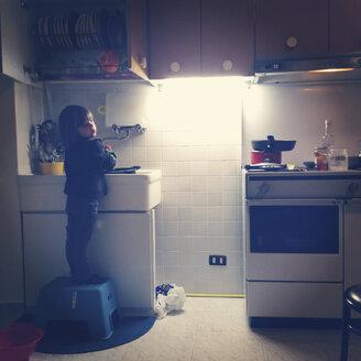 Girl washing dishes - LVF002251