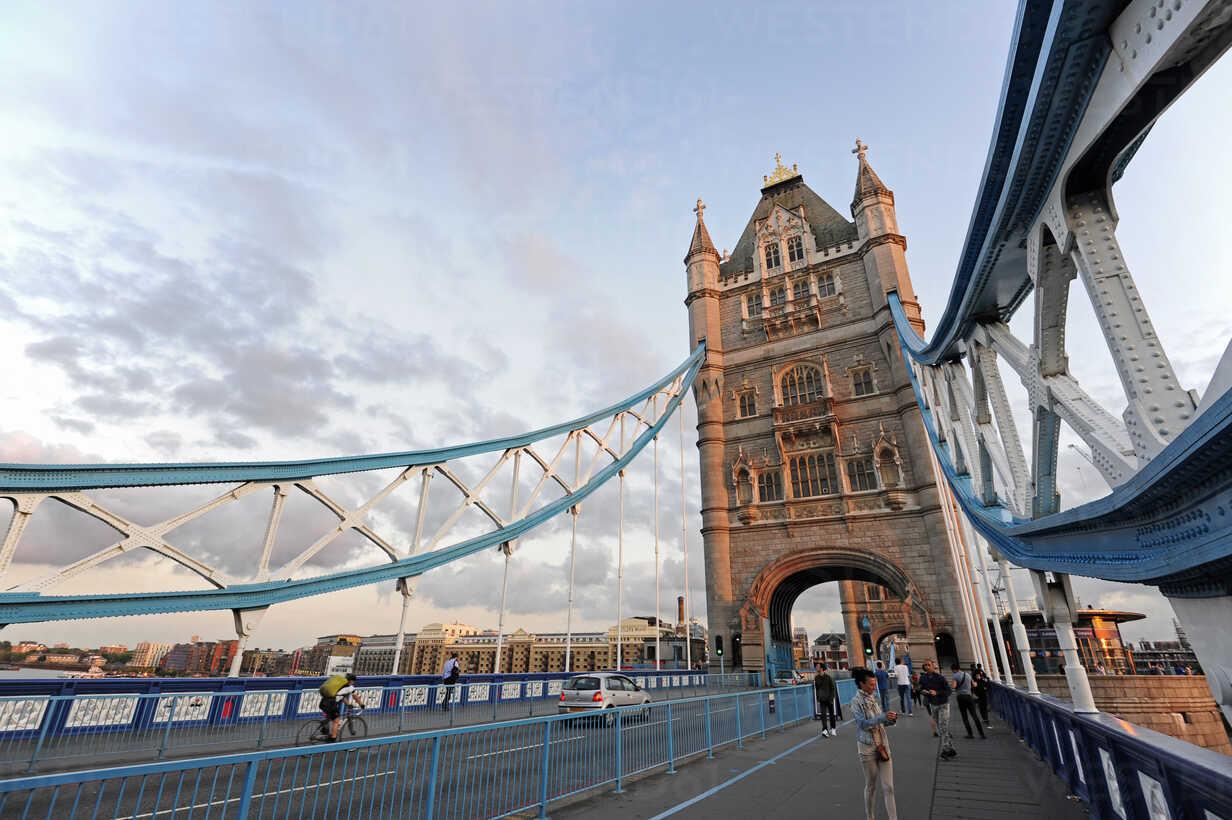 UK, London, Tower Bridge looking towards the South Bank - MIZF000641 - Michael Zegers/Westend61