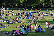 UK, London, Ritz Corner, people in Green Park - MIZ000691