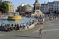 UK, London, Trafalgar Square, fountain surrounded by people - MIZ000696
