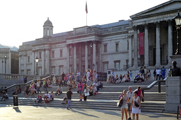 UK, London, Trafalgar Square, people sitting on the steps towards the National Gallery - MIZ000700