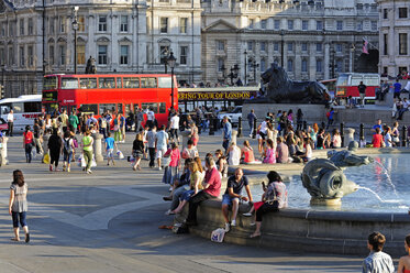 UK, London, Trafalgar Square, fountain surrounded by people - MIZ000702