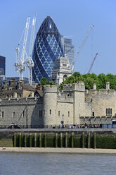 UK, London, Tower of London and Swiss Re Tower - MIZ000697