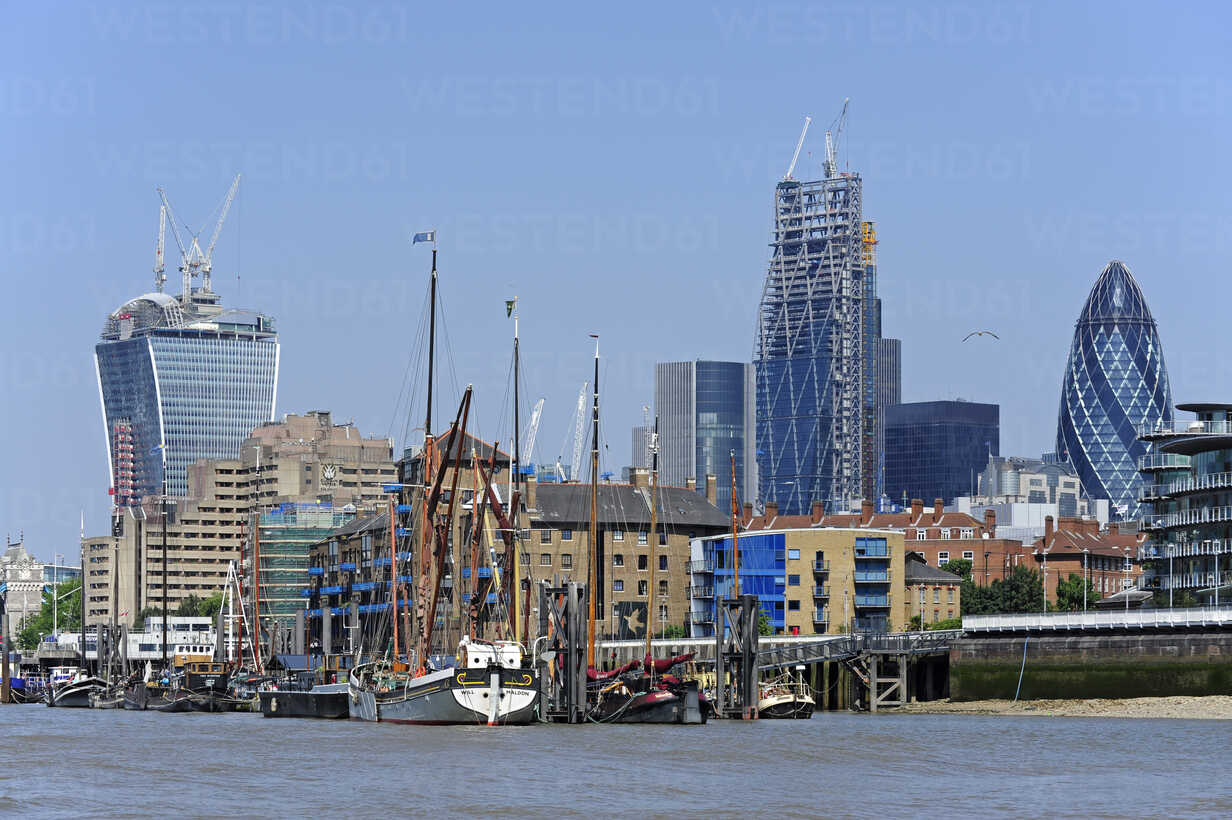 UK, London, City of London, historic sailing ships on the River Thames, at back the financial district - MIZF000684 - Michael Zegers/Westend61