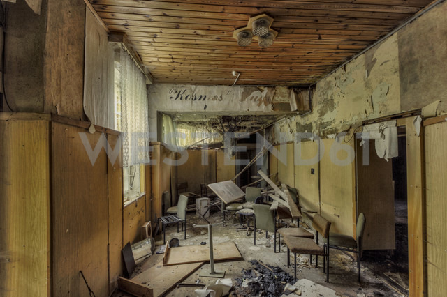 Germany, Saxony, Chemnitz, decayed room with wood panelling - HC000072