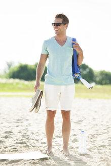 Happy man on the beach - CvKF000217