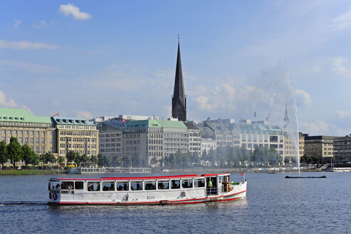 Germany, Hamburg, tourboat on Binnenalster - MIZ000738