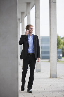 Businessman telephoning with smartphone - RBF002088