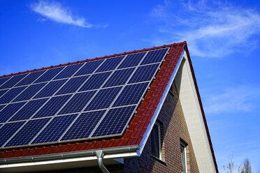 Germany, North Rhine-Westphalia, Minden, Solar panels on a rooftop - HOHF001135