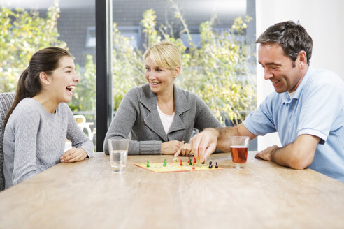 Family playing ludo at home - GD000595