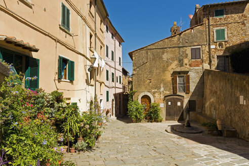 Italy, Tuscany, Castagneto Carducci, old houses and alley - UMF000704