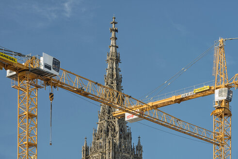 Germany, Baden-Wuerttemberg, Ulm, cranes at minster - SH001630