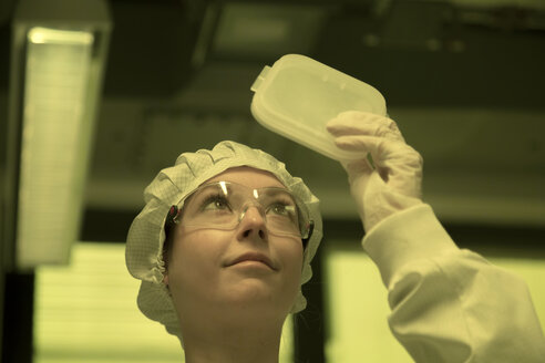 Woman working in a clean room unit - SGF001094