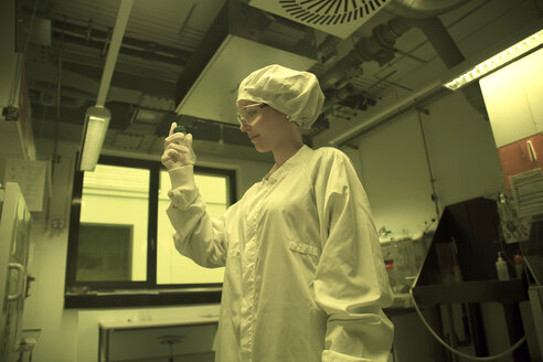 Woman working in a clean room unit - SGF001095