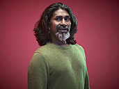 Portrait of surprised man in front of red background - RH000438