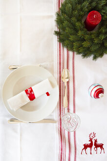 Red-white laid table with Advent wreath at Christmas time - LVF002356