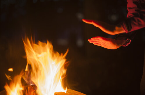 Hands of a woman heated by campfire - JBF000216