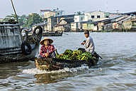 Vietnam, view to couple selling bananas at floating market - WE000274