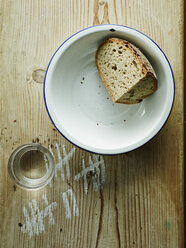 Bowl with crusty end of bread and glass of water - HOEF000295