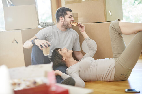 Couple moving house eating pizza - ZEF002847