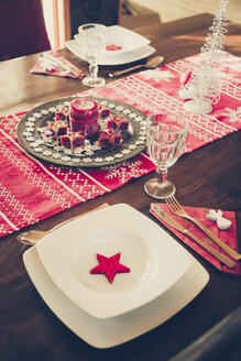 Laid dining table with Christmas decoration - SARF001098