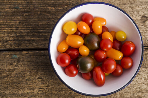 Bowl with different mini tomatoes on wood - ODF000910