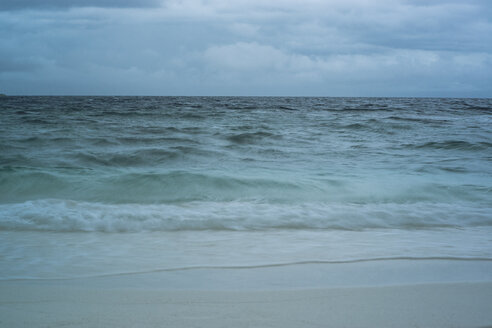 Maledives, Ari Atoll, view to the stormy sea - FL000595