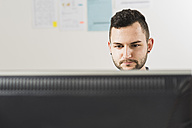 Young businessman in office working at computer - UUF002824